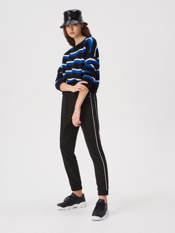 764cc5994665ef Spodnie cygaretki z kantem · Sportowe spodnie z lampasem - czarny -  WD650-99X - SINSAY